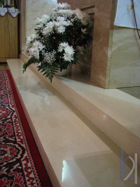 schody z kameňa v kostole bledé