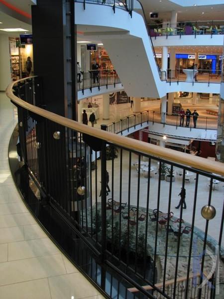 biela dlažba v obchodnom centre