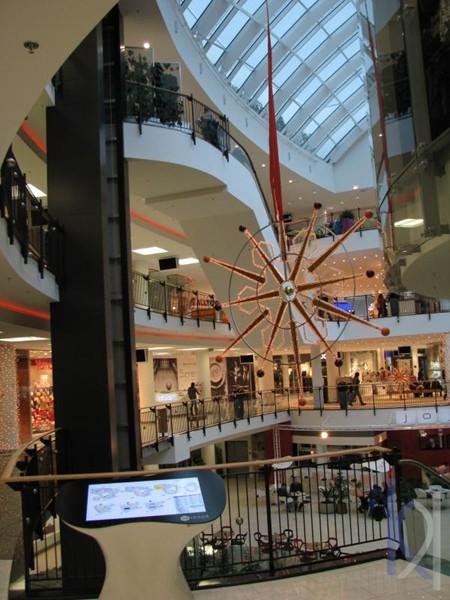 kamenný interiér obchodného centra
