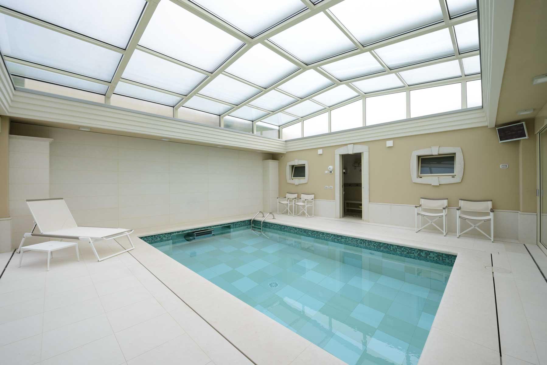biely kamenný obklad bazénu