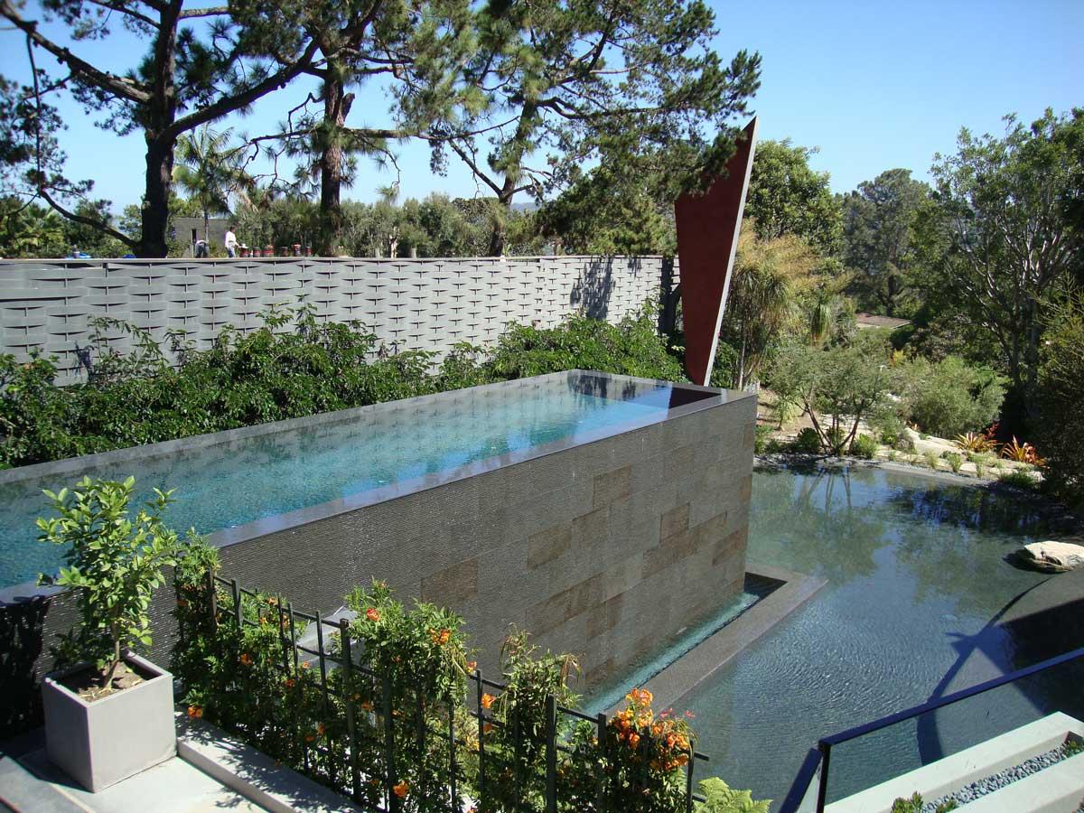 tmavý kamenný obklad bazénu