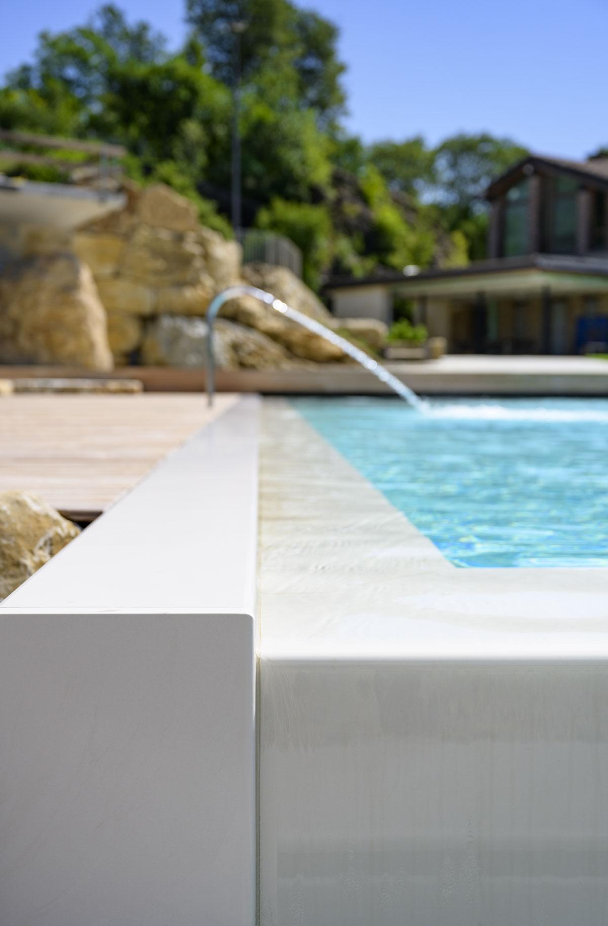 bledý kamenný obklad bazénu