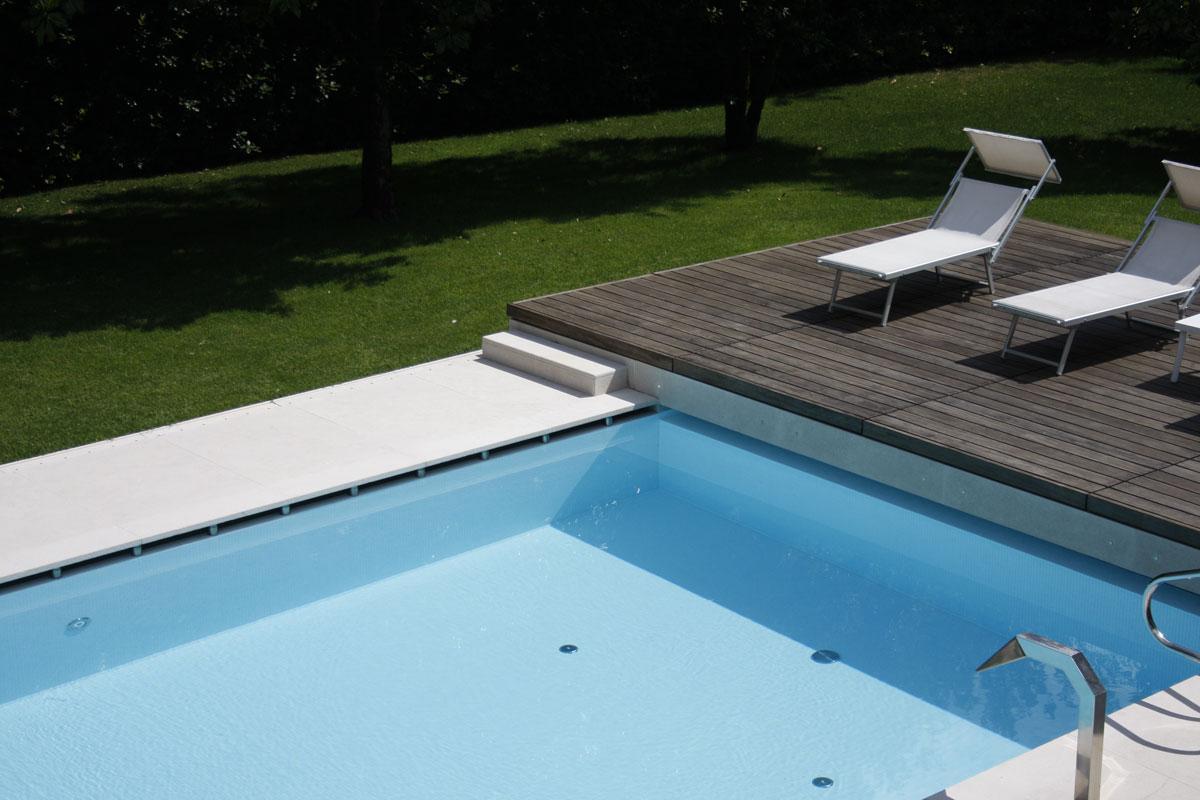 biely kamenný obklad vonkajšieho bazénu