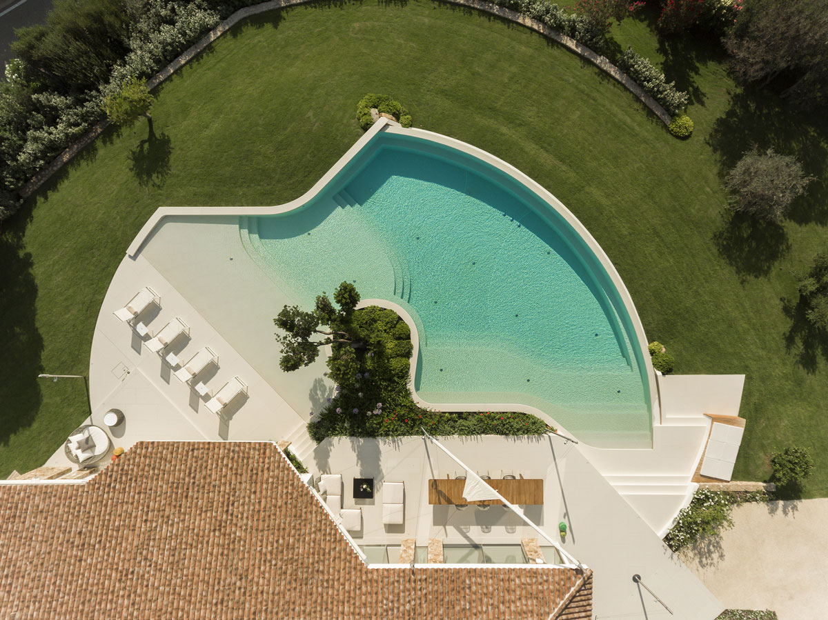 bledý kamenný obklad vonkajšieho bazénu