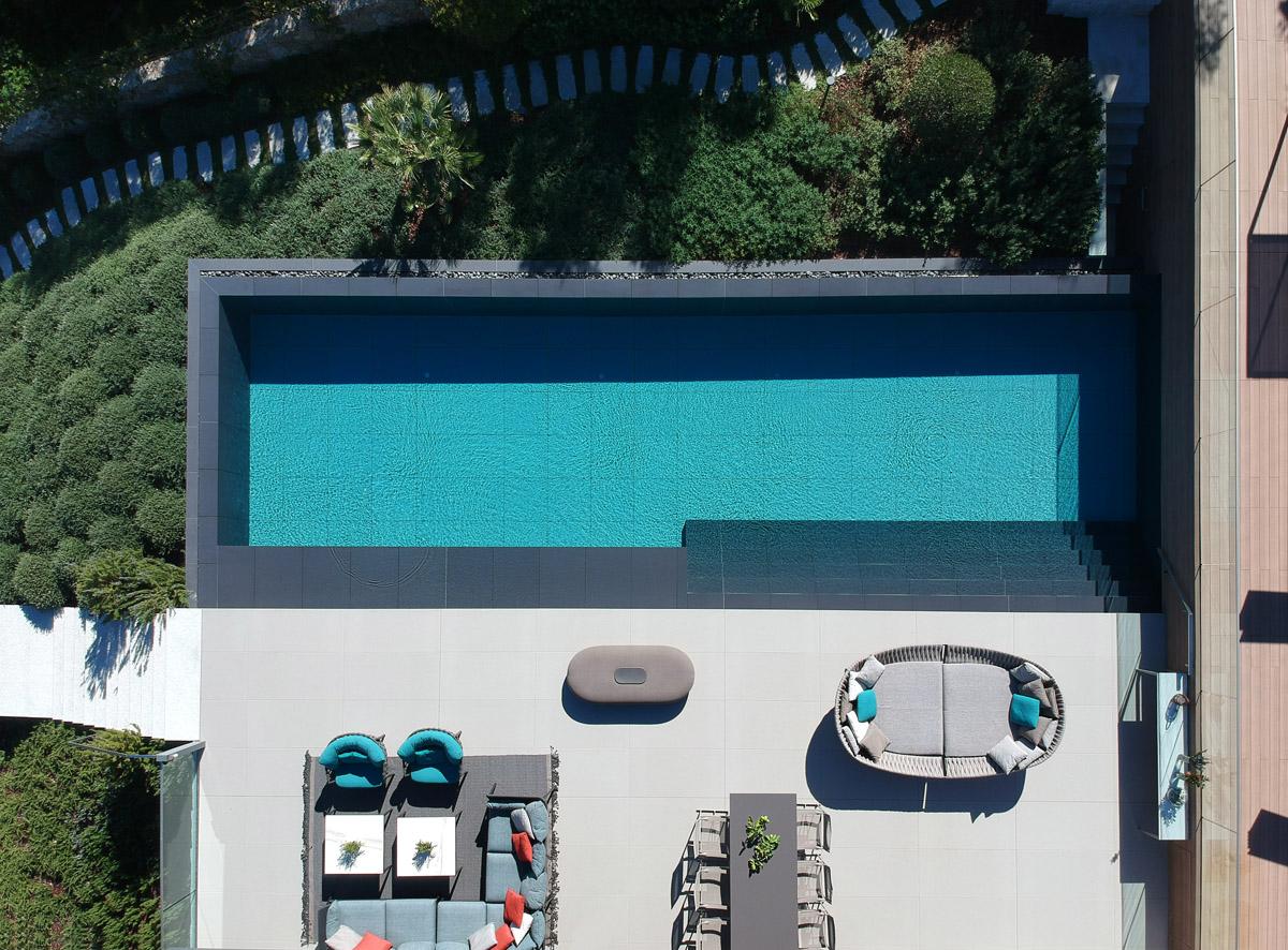 sivý kamenný obklad vonkajšieho bazénu