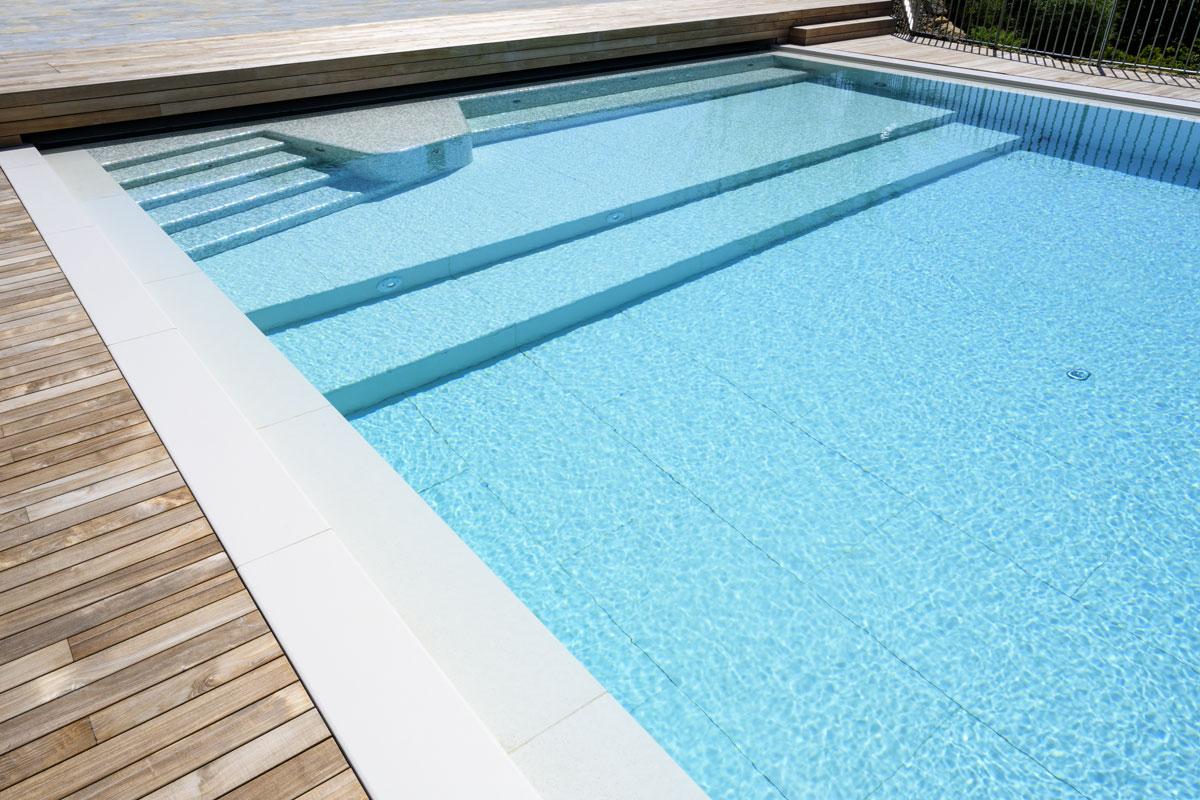 kamenná dlažba bazénu
