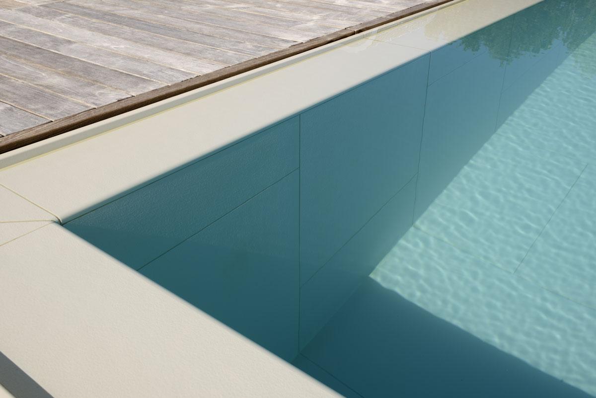detail bieleho kamenného bazénu