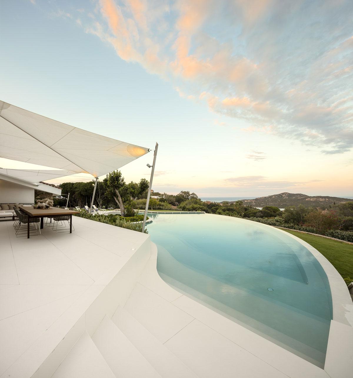 biely kamenný bazén