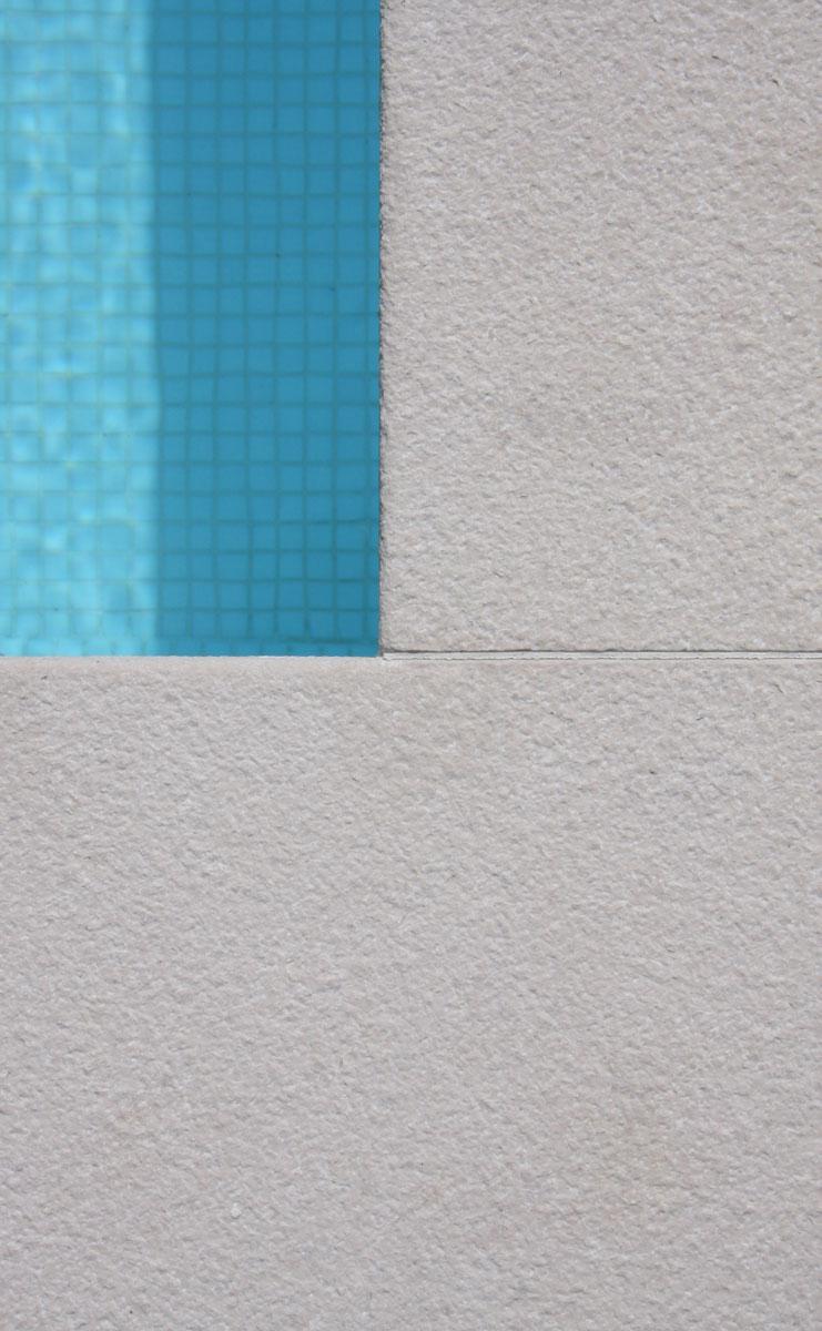 detail kamenného obkladu bazéna