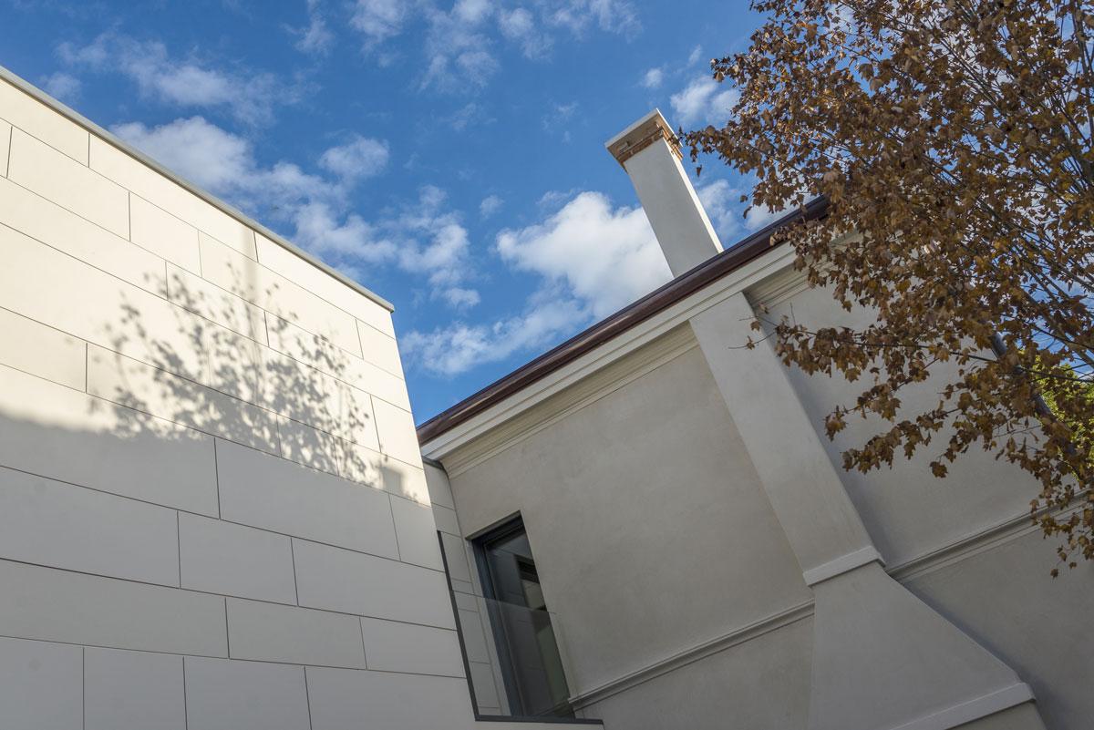 biela kamenná fasáda domu