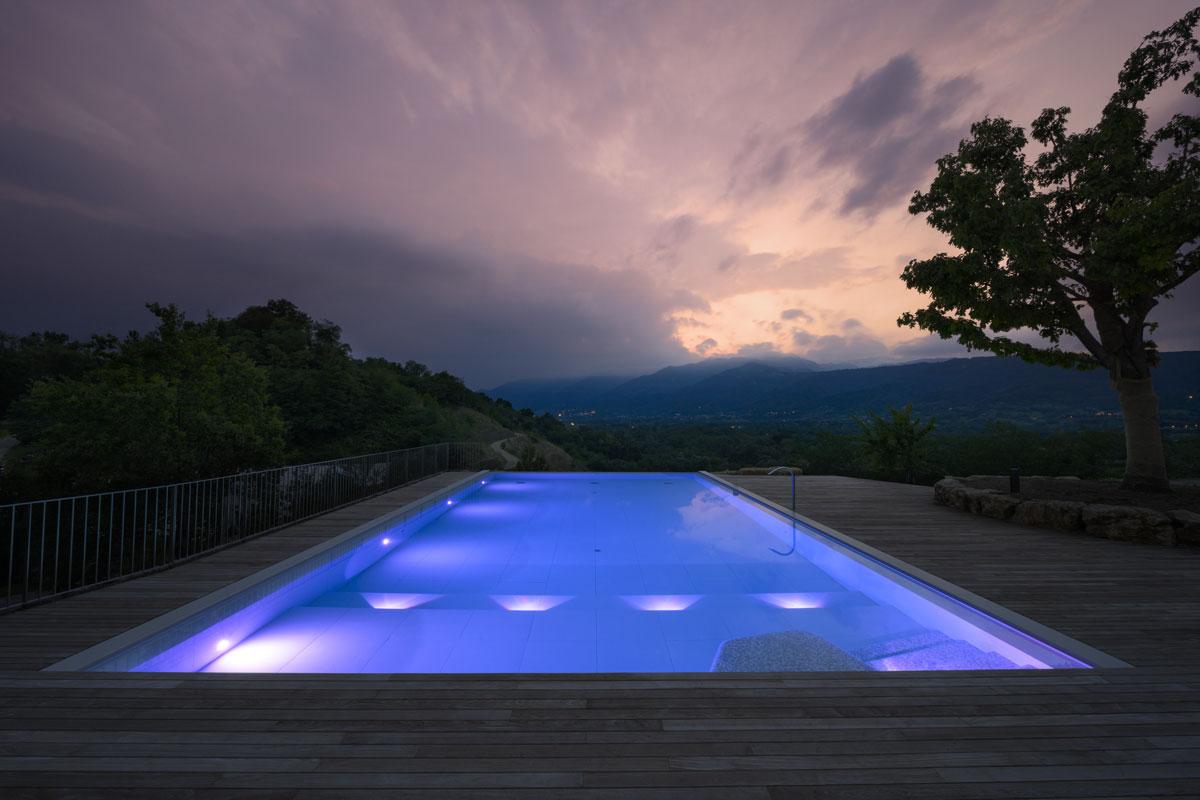 moderný kamenný bazén