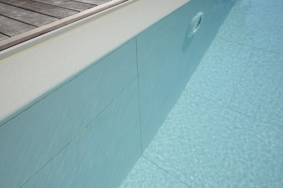 obklad bazénu bielym kameňom