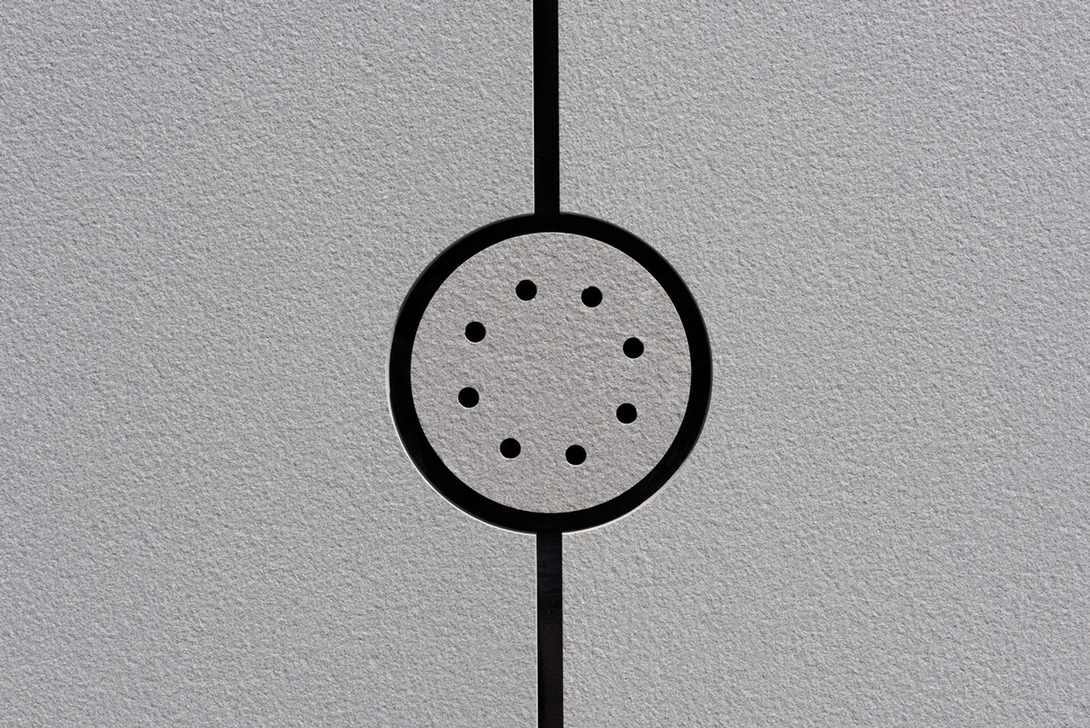bledá kamenná fasáda detail